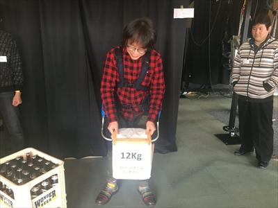 参加者もパワードスーツを試す。